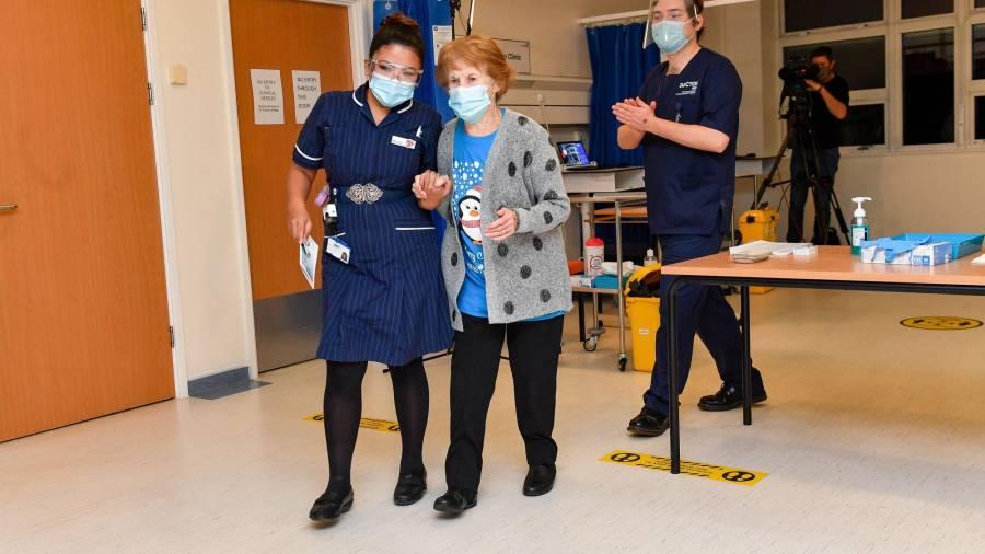 first-person-receives-coronavirus-vac_42