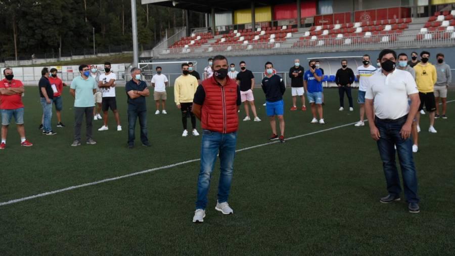 Directiva, cuerpo técnico y jugadores del Estradense, ayer en su campo. Foto: Puri Sangiao